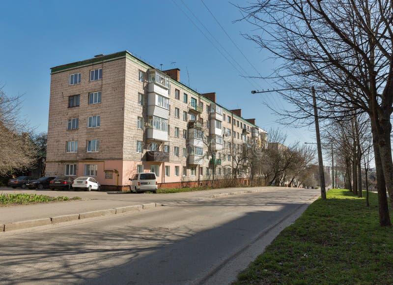 Gammalt bostads- hus i Rovno, Ukraina arkivfoto