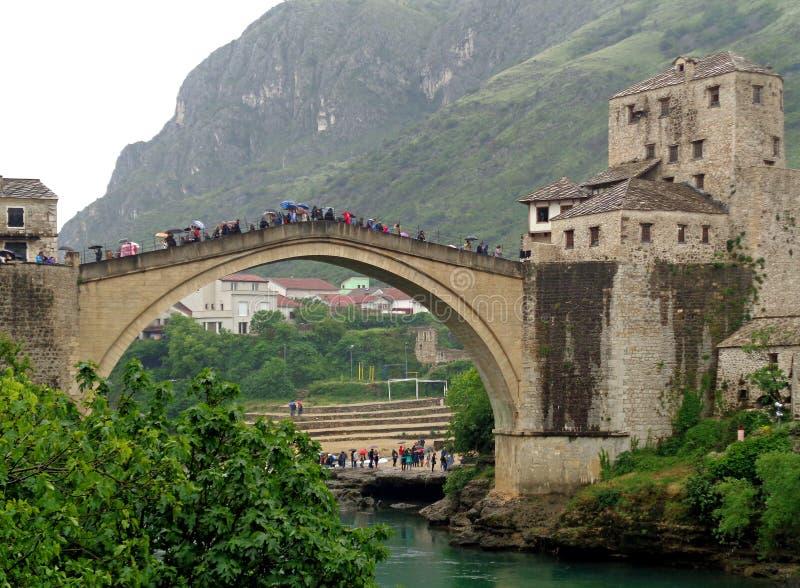 Gammalt broområde av den gamla staden av Mostar, Bosnien och Hercegovina, Balkans, May 1st, 2016 royaltyfri bild