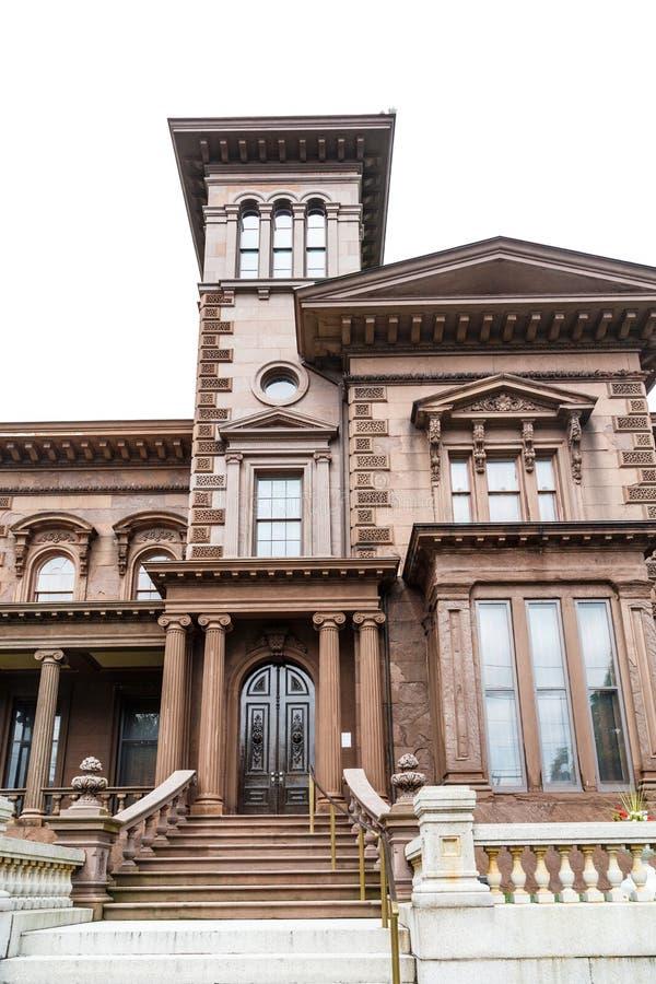 Gammalt brunt stenhus som isoleras på vit royaltyfri fotografi