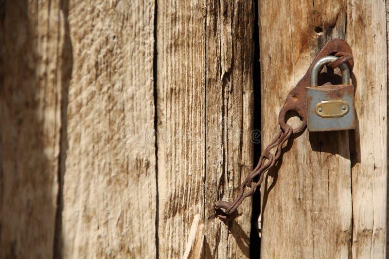 Gammalt dörr och lås fotografering för bildbyråer