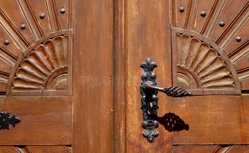 Gammalt dörrhandtag på en historisk dörr arkivfoton