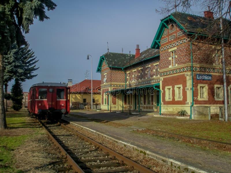 Gammalt diesel- drev i den oanvända stationen av Lednice royaltyfri bild
