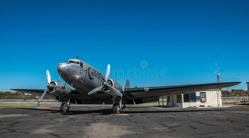 Gammalt Douglas DC-3 flygplan på landningsbanan av flygfältet i Lodi Historia av USA arkivbild
