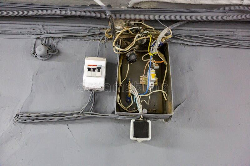 Gammalt elektriskt ledningsnät fotografering för bildbyråer