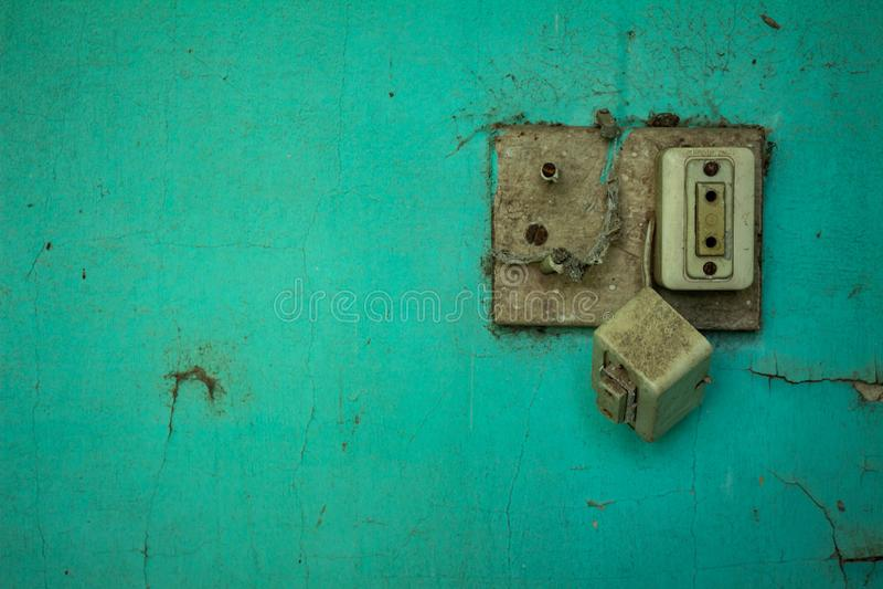 Gammalt elektriskt uttag i obruklighet gammal vägg arkivfoto
