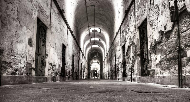 gammalt fängelse för hall royaltyfria bilder
