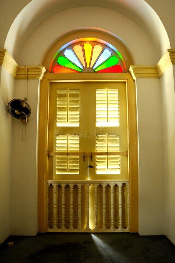 Gammalt fönster av Sultan Abu Bakar State Mosque i Johor Bharu, Malaysia royaltyfria bilder