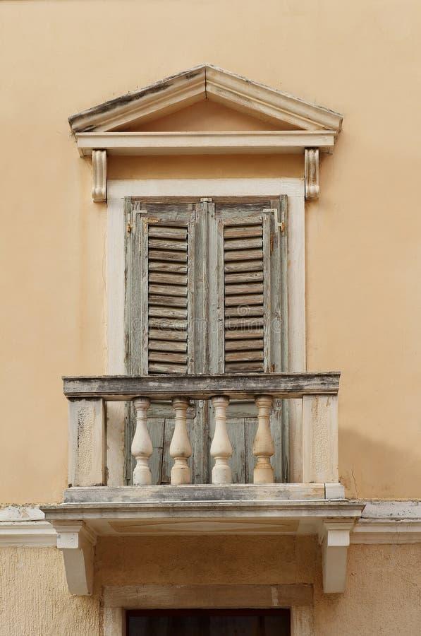 gammalt fönster för balkong arkivfoton