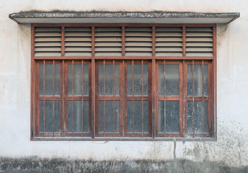 gammalt fönster för hus arkivfoto