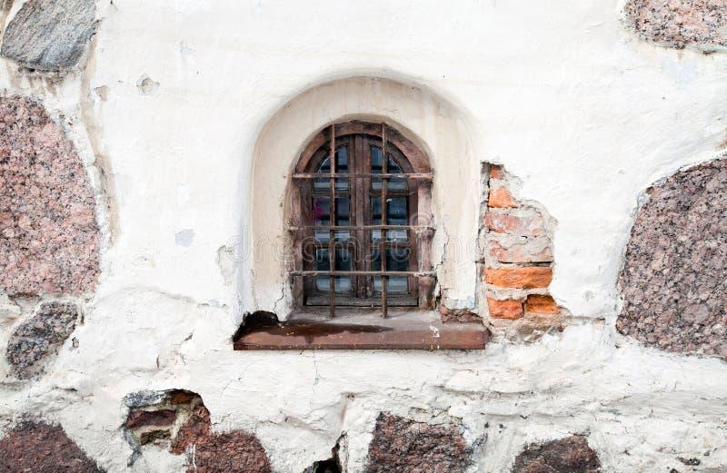 gammalt fönster för stenväggwhite royaltyfria foton