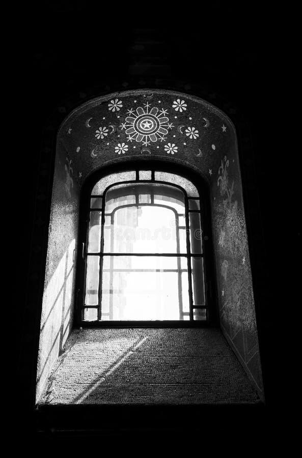 Gammalt fönster i kyrka med svartvitt royaltyfri foto