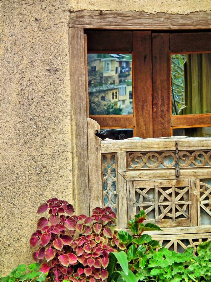 Gammalt fönster i Masouleh royaltyfri bild