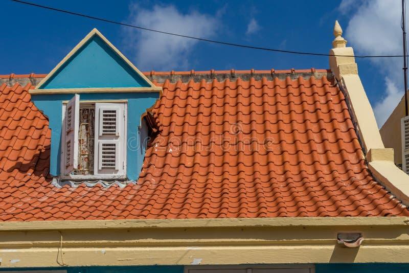Gammalt fönster i takOtrobanda en Curacao sikter arkivbilder