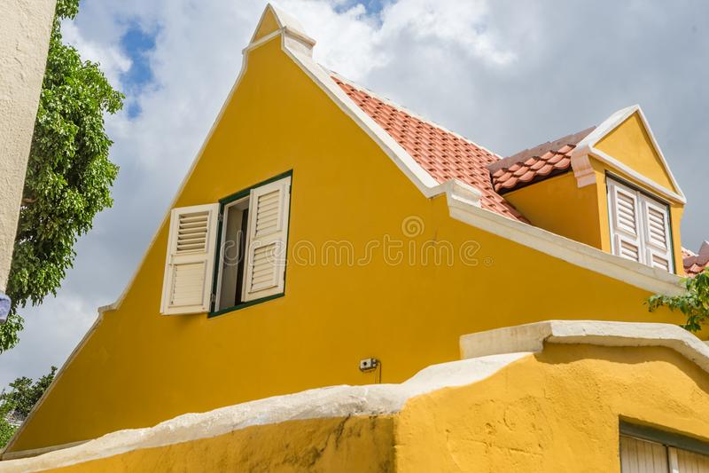Gammalt fönster i takOtrobanda en Curacao sikter royaltyfri fotografi