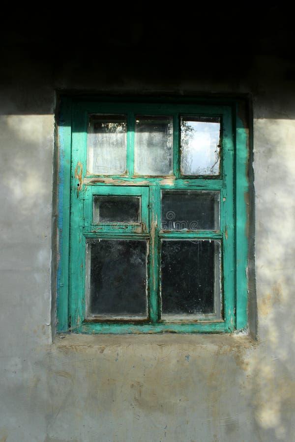 Gammalt fönster med en grön ram arkivbilder