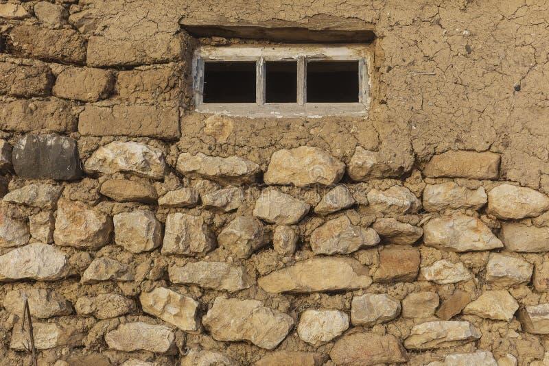 Gammalt fönster med exponeringsglas i byhuset royaltyfri bild