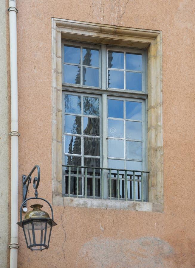Gammalt fönster med himmelreflexion royaltyfri bild