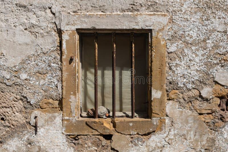 Gammalt fönster med järnstänger royaltyfri foto