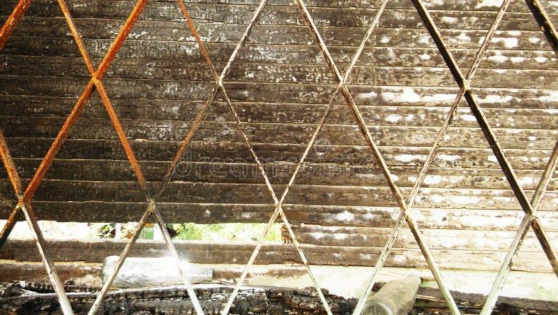 Gammalt fönster med metallstänger och träslutare royaltyfri fotografi