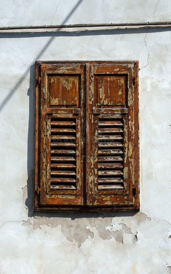 Gammalt fönster med slutare arkivfoton