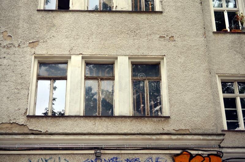 Gammalt fönster med trappa bakom arkivbilder