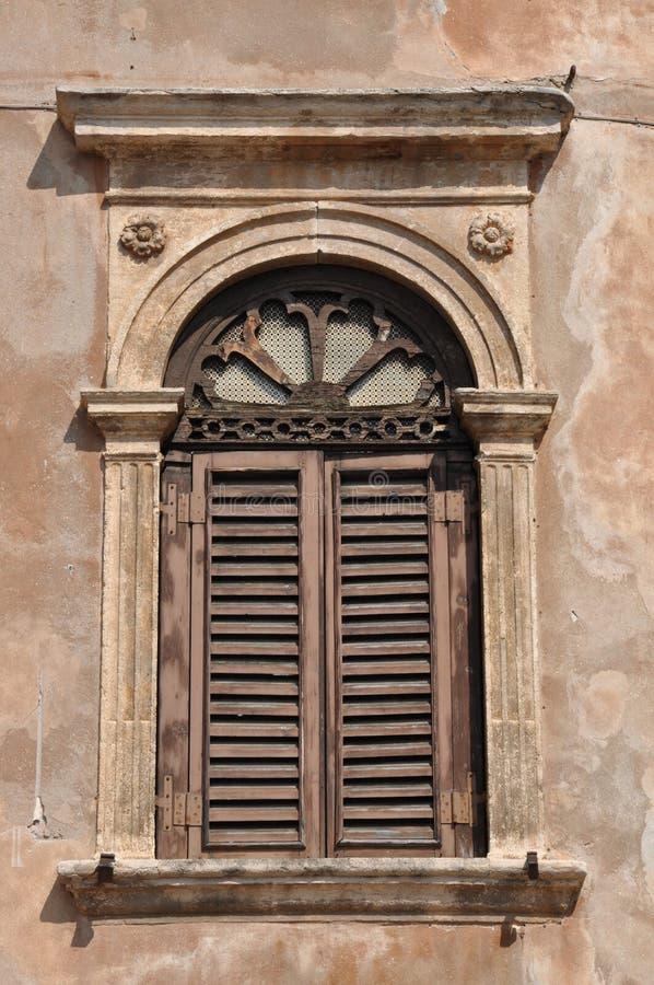 Gammalt fönster på en byggnad royaltyfri bild