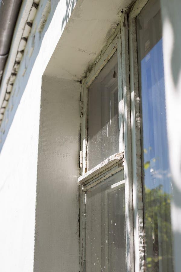 Gammalt fönster, stråle av ljus royaltyfri bild