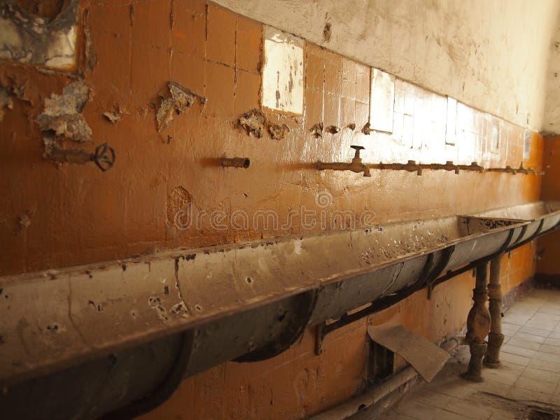 Gammalt, föråldrat och smutsigt badrum royaltyfria foton