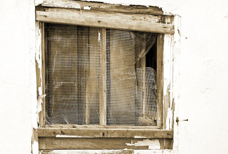 Gammalt för körning yttre fönster ner i desperat behov av reparationen arkivbild