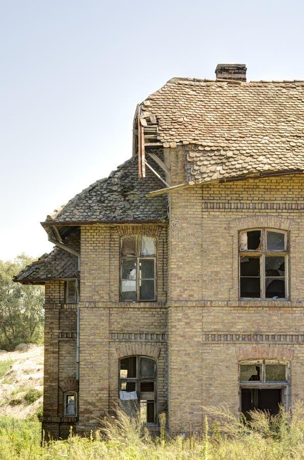 Gammalt förstört hus som göras av tegelstenar royaltyfri foto