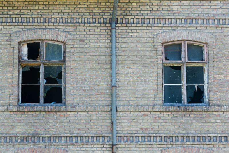 Gammalt förstört hus som göras av tegelstenar royaltyfri fotografi