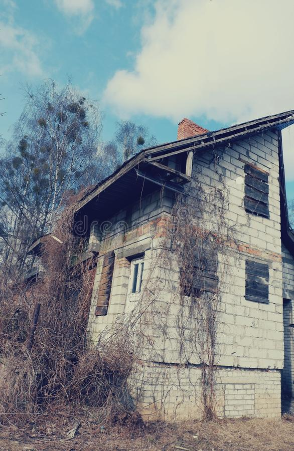 gammalt förstört kvarterhus royaltyfri fotografi