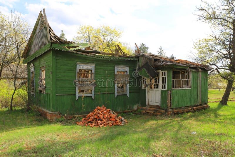 Gammalt förstört lantligt hus arkivbild
