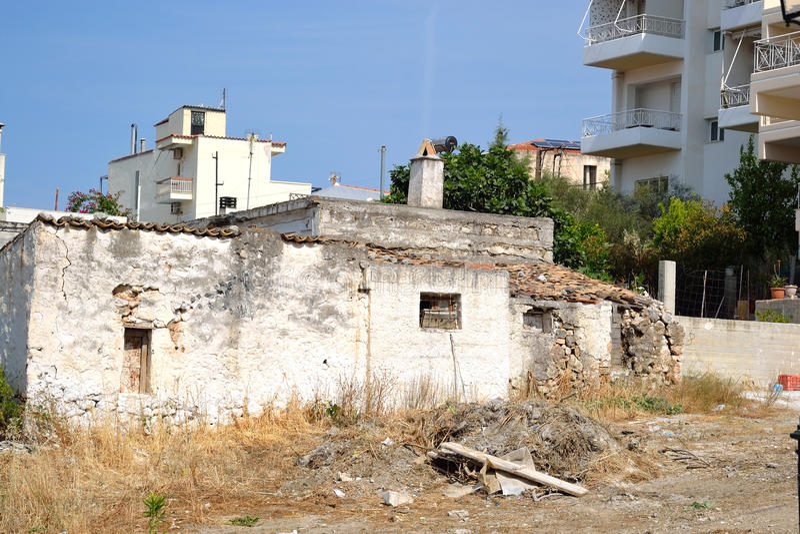 Gammalt förstört obebott hus royaltyfria foton