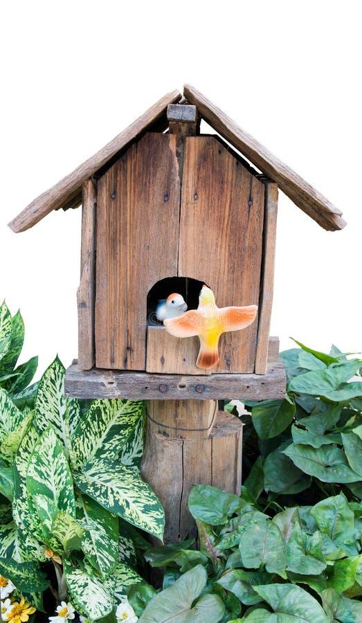 gammalt f?gelhus Gammalt fågelträhus med keramiska fåglar i trädgården på vit bakgrund royaltyfri bild