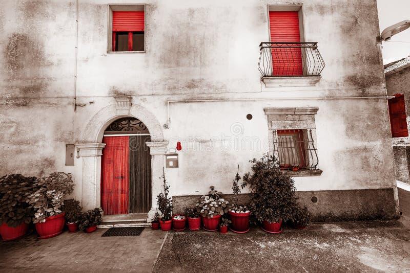 gammalt facadehus Hand-drog konturlinjer och slaglängder Isolerat rött arkivfoto