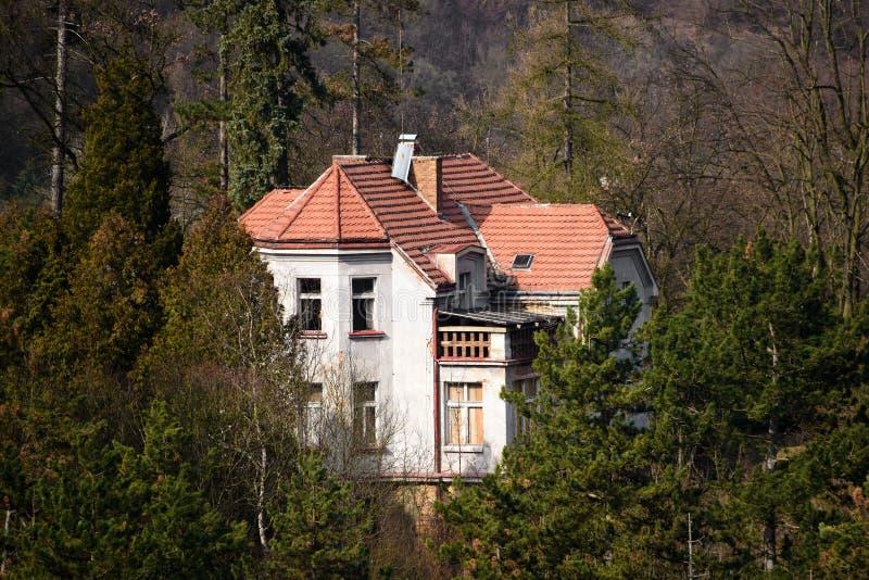 Gammalt familjhus i centrala Bohemia royaltyfri foto