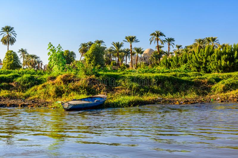 Gammalt fartyg nära banken av Nilet River arkivbild