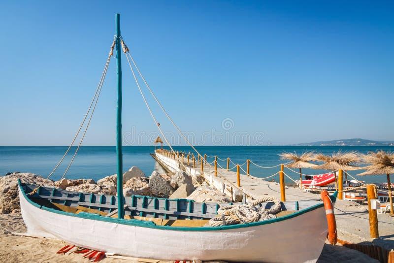 Gammalt fartyg på den tomma sjösidastranden arkivfoto