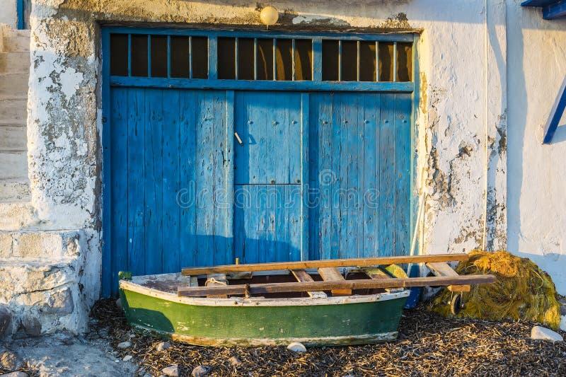 Gammalt fartyg på det pittoreska fiskeläget av Klima på ön av Milos, Grekland royaltyfri bild