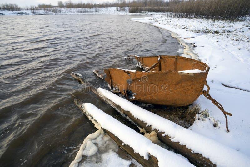 Gammalt fartyg på floden royaltyfri bild