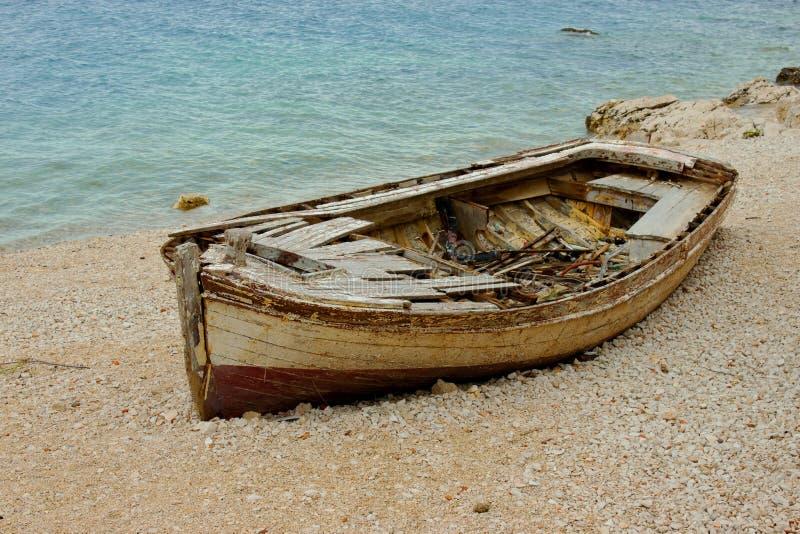 Gammalt fartyg på kusten royaltyfria foton