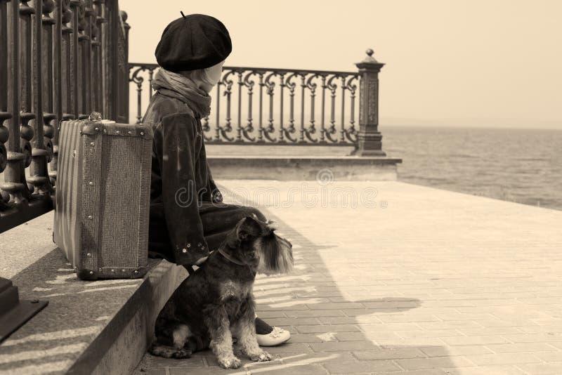 Gammalt foto för tappning av lite flickan och hans hund royaltyfria bilder