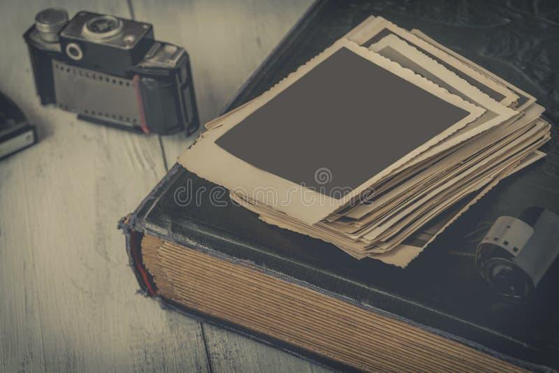 Gammalt fotografier och familjalbum royaltyfri foto