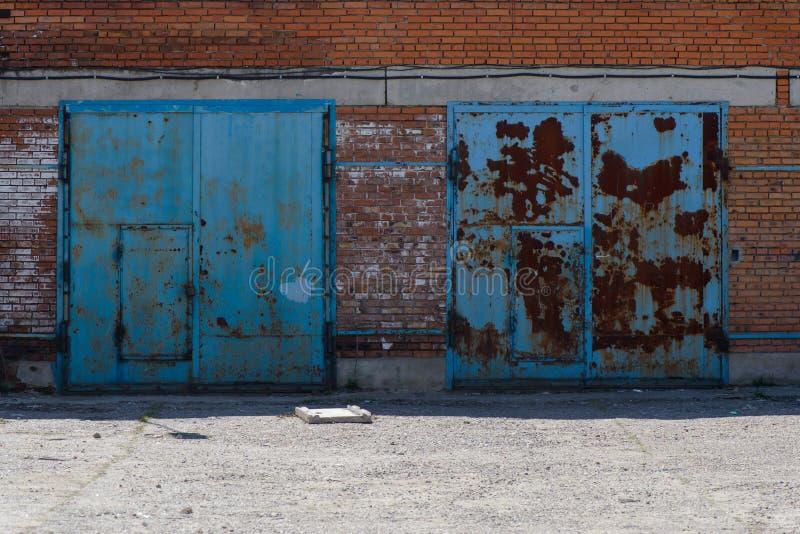 Gammalt garage för tegelsten två royaltyfri bild