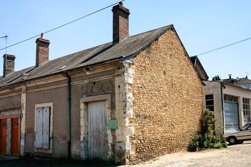 gammalt garage på utkanten av staden fotografering för bildbyråer