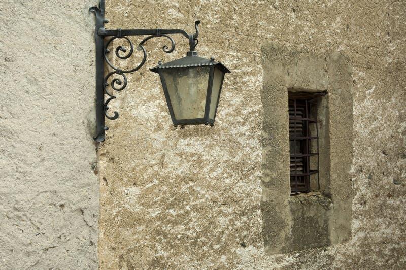 Gammalt gataljus på en vägg royaltyfria bilder
