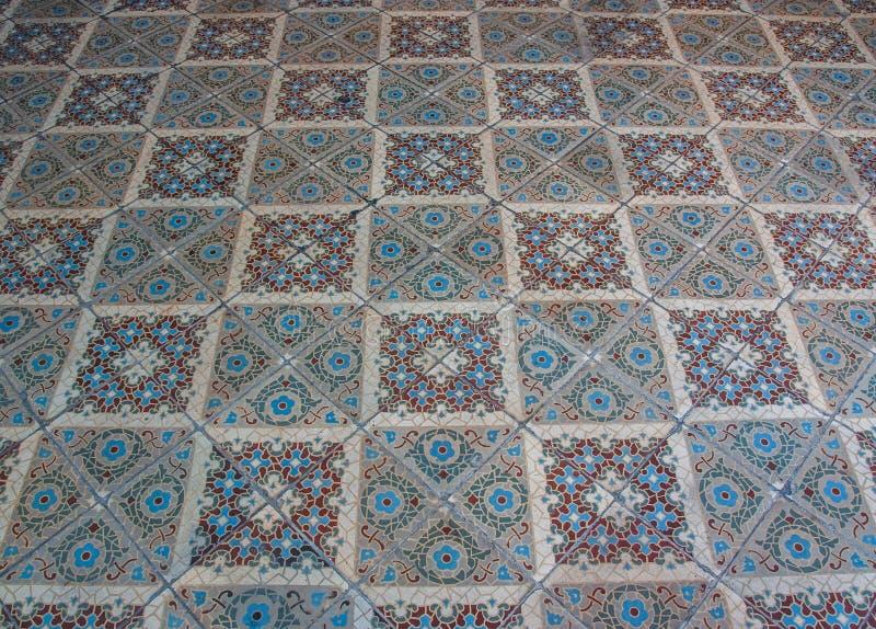 Gammalt golv för keramisk tegelplatta, skyttevinkel in sneglande arkivbilder
