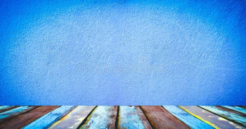 Gammalt golvträ med den blåa cementväggen fotografering för bildbyråer