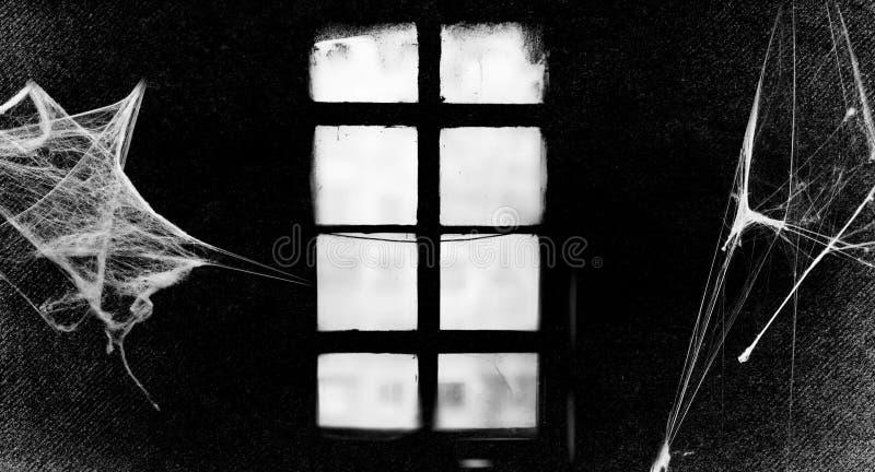 Gammalt gotiskt fönster Spiderwebs isolerade på svart grungebakgrund Spindelnät i hörnet ljus skugga royaltyfria foton